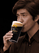 ビールを飲む佐藤浩市