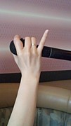 カラオケで小指が立ちます