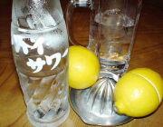 レモンを手分けして絞る