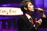 歌うときに手が動く