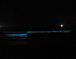 夜の海、青く光る波