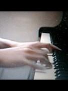 楽器を弾く人の手に萌える