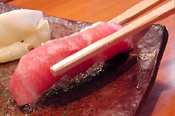 寿司は箸で食べる。