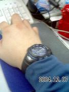 右利きなのに右手に腕時計します