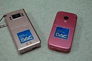 携帯にDACのステッカーを貼る