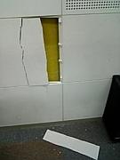 城ホのスタジオの壁に穴あけた