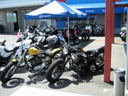 バイク屋の駐車場みたいなw