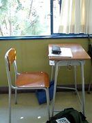 教室で窓側に座っている(いた)人