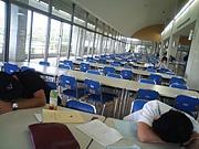 売店と学食の間に座ってた人達。