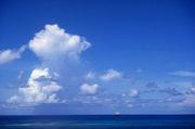 水面を眺めて、空に想いを描く。