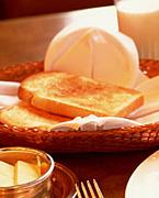 食パンは耳から食べる。