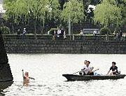 皇居の堀で泳ぐ