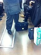 鞄、荷物を地べたに置かないで