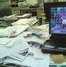 書類の山を築く