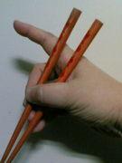 人差し指を使わないで箸を持つ人