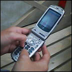 携帯電話、両手打ち!