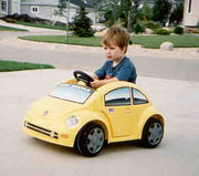 黄色いビートル乗ってます
