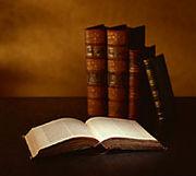 古い本の匂いを嗅ぐ
