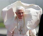 ローマ法王が悪の皇帝に見える