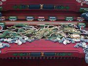 龍の彫り物を探そう
