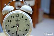 目覚まし時計を吹っ飛ばす