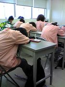 授業中寝るか喋ってる人