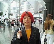 赤い髪のこの人が気になる…