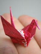 包み紙で鶴を折る。