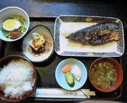 魚の頬肉を執拗に食べる