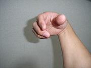 自分の右手で自分の右手を・・・