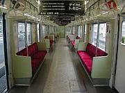 電車の椅子に座り隊