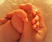 子供と手をつないで眠る人の会