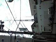アンテナ鉄塔の電波を感じる人々