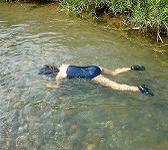 プールで水死体のマネをしちゃう