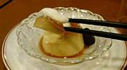 プリンは箸で食べる。