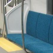 電車の硬い座席が憎い