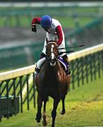 騎手の「勝利の証」ガッツポーズ