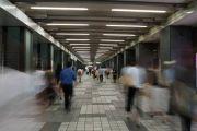 新宿駅西口     地下道通行人
