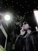 タバコくわえて冬空の下を歩く