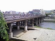 三条大橋の下の会