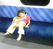 電車で座る席は真ん中!