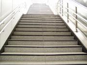 階段をリズミカルに降りる人