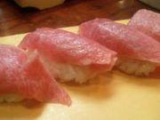 寿司は手で食べるべきだ