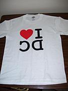 Tシャツのロゴを訳す人々