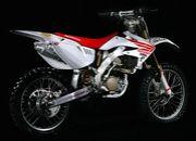 白いオフロードバイク