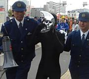 警察官と遊ぶ