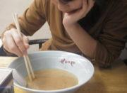 スープに浮いた油で遊ぶ