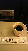 車内販売のコーヒーを買う