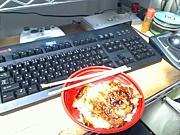 パソコンの前が食卓