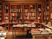 郊外の古書店